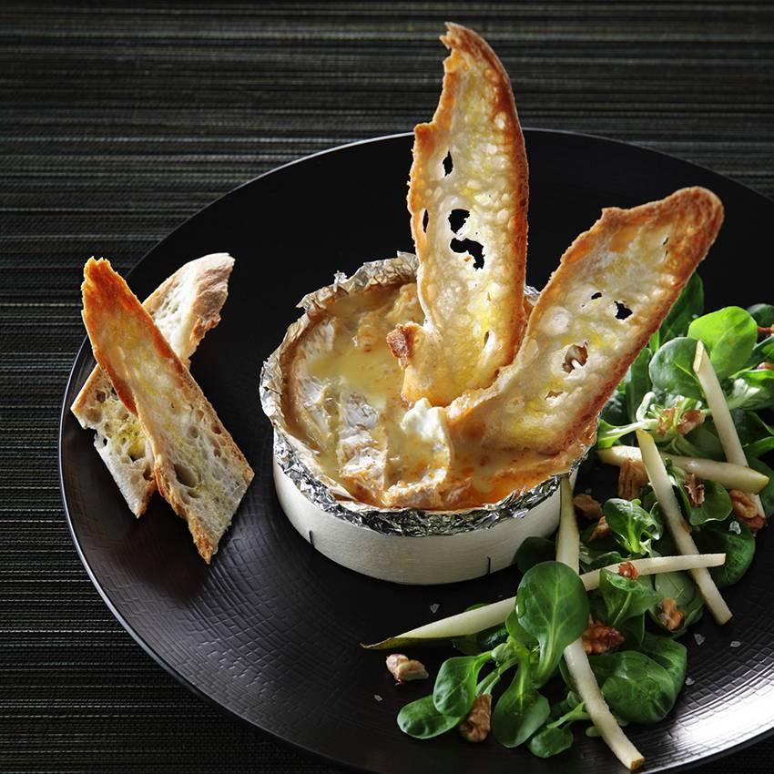 Camembert chaud farci aux poires et aux noix, mouillettes grillées